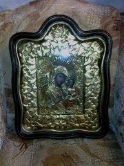 икона в фигурном киоте